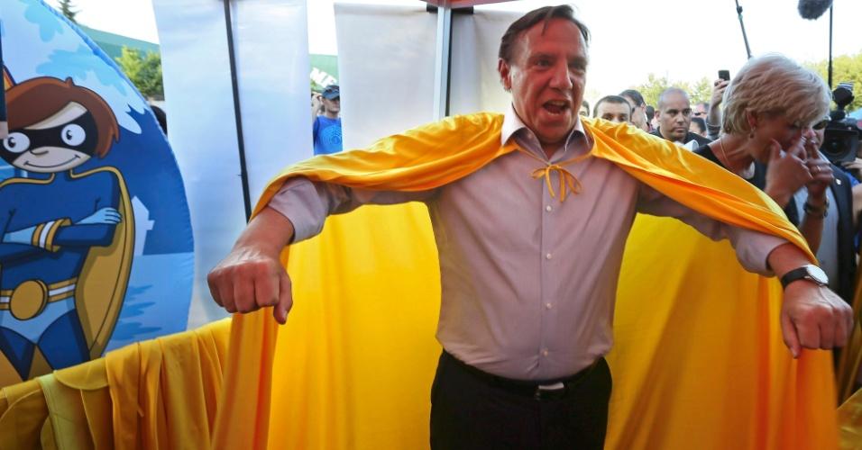 2.set.2012 - Francois Legault, líder do partido Coalition Avenir Quebec (CAQ), faz pose em campanha em Québec (Canadá)