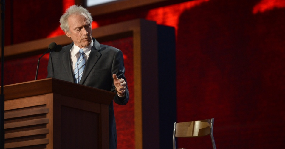 Ator Clint Eastwood conversa com Obama imagin&#225;rio para fazer cr&#237;ticas ao seu governo (30/8/12)