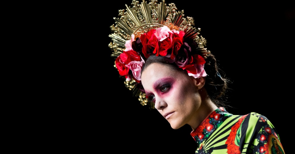 Com inspiração religiosa, modelo desfila look da coleção assinada por Maya Hansen, na semana de moda de Madri, Espanha