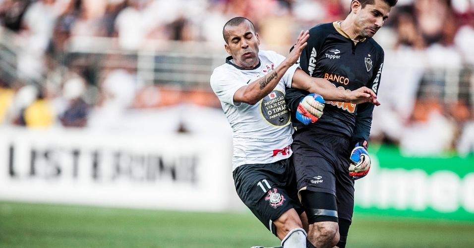 Émerson Sheik e Vítor disputam a bola na partida entre Corinthians e Atlético-MG, no Pacaembu