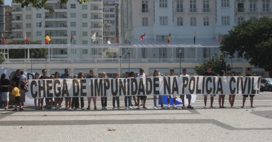 Familiares do policial civil Eduardo Oliveira, morto por um tiro no pescoço em abril passado, durante uma ação policial em Saracuruna, em Duque de Caxias, realizaram um protesto em frente à praia de Copacabana, zona sul do Rio, neste domingo, dia 2.