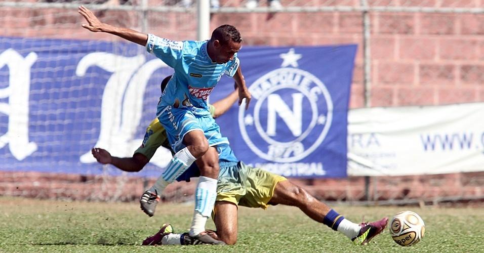 O Napoli (de azul) confirmou o favoritismo e venceu o Jardim Regina por 3 a 0 na primeira rodada das oitavas de final da Copa Kaiser SP