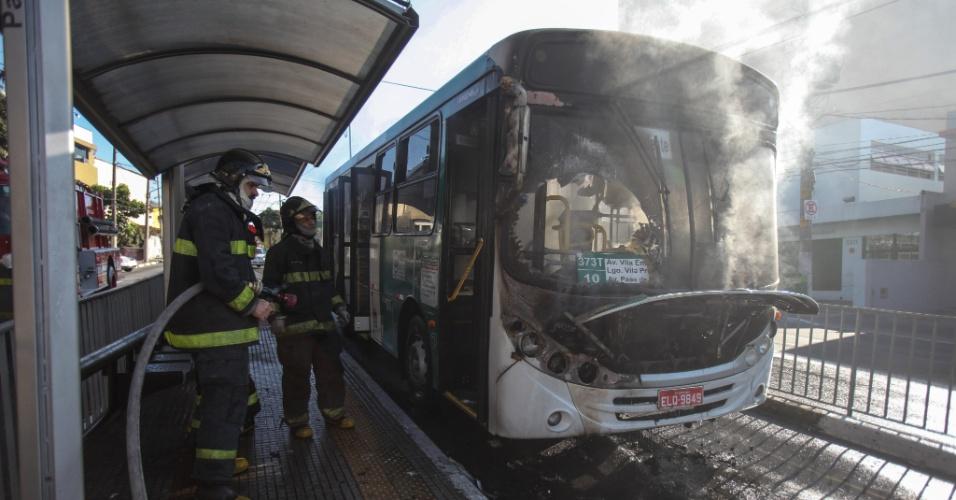 Ônibus pega fogo na avenida Paes de Barros na VIla Prudente, em São Paulo. Os bombeiros conseguiram extinguir as chamas rapidamente e ninguém ficou ferido