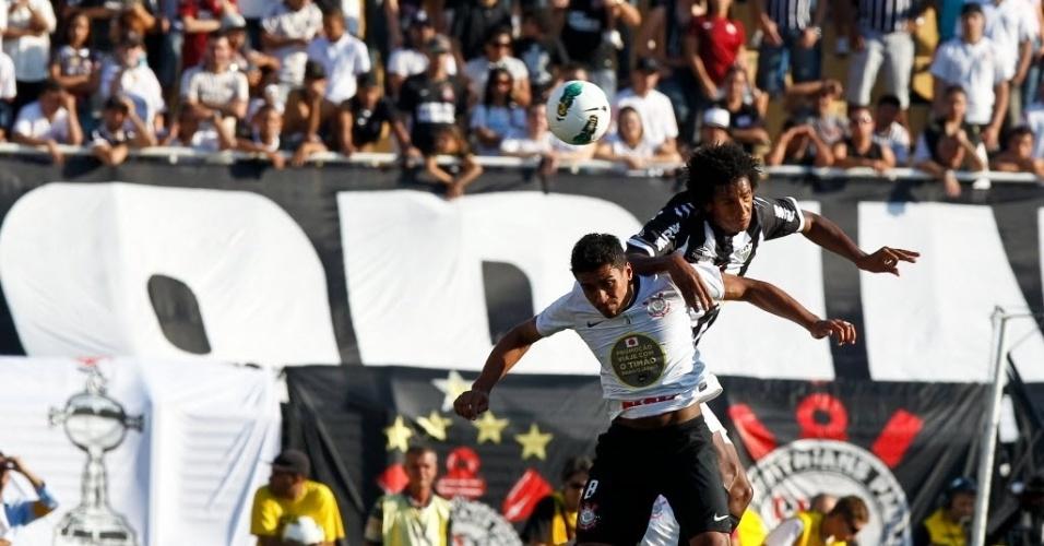 Paulinho disputa bola com Jô na partida entre Corinthians e Atlético-MG