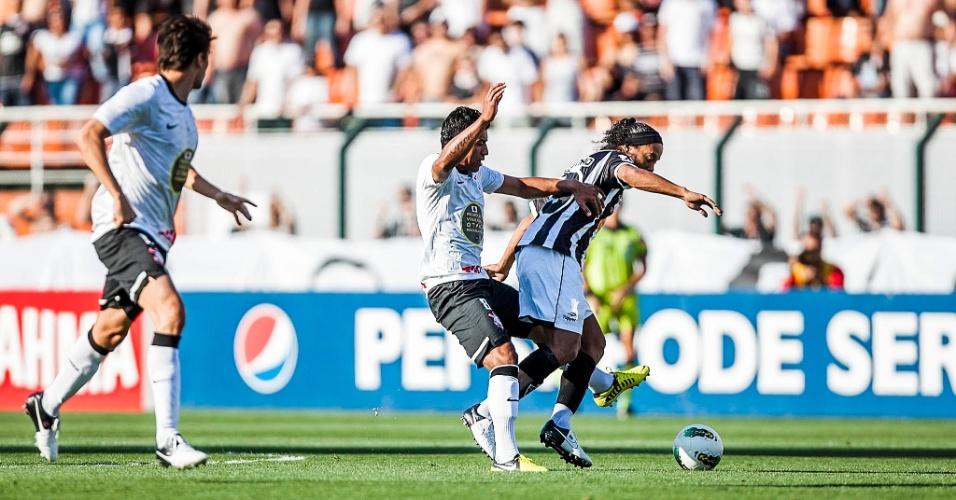 Paulinho e Ronaldinho Gaúcho disputam a bola em lance da partida entre Corinthians e Atlético-MG