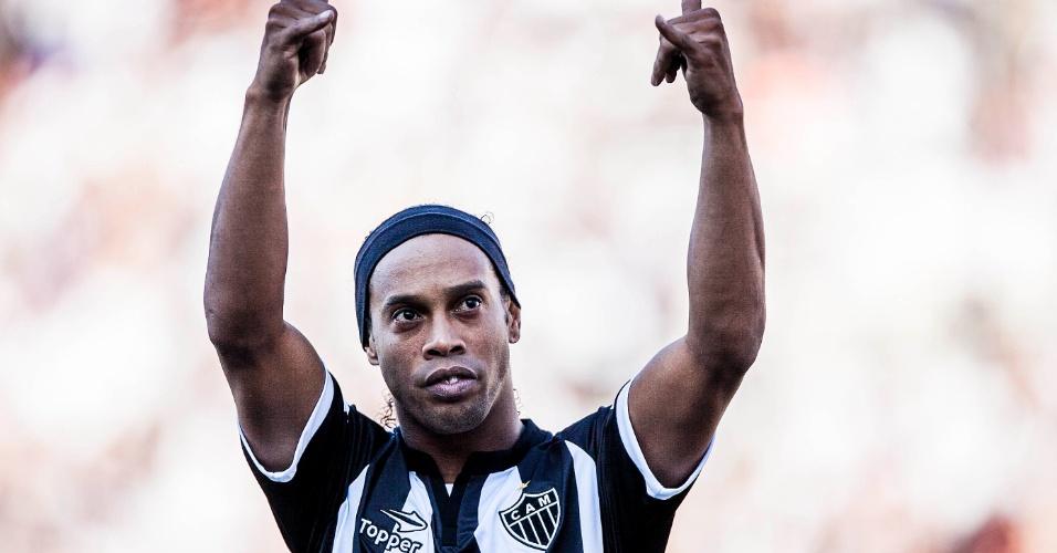 Ronaldinho Gaúcho acena para a torcida atleticana presente no Pacaembu
