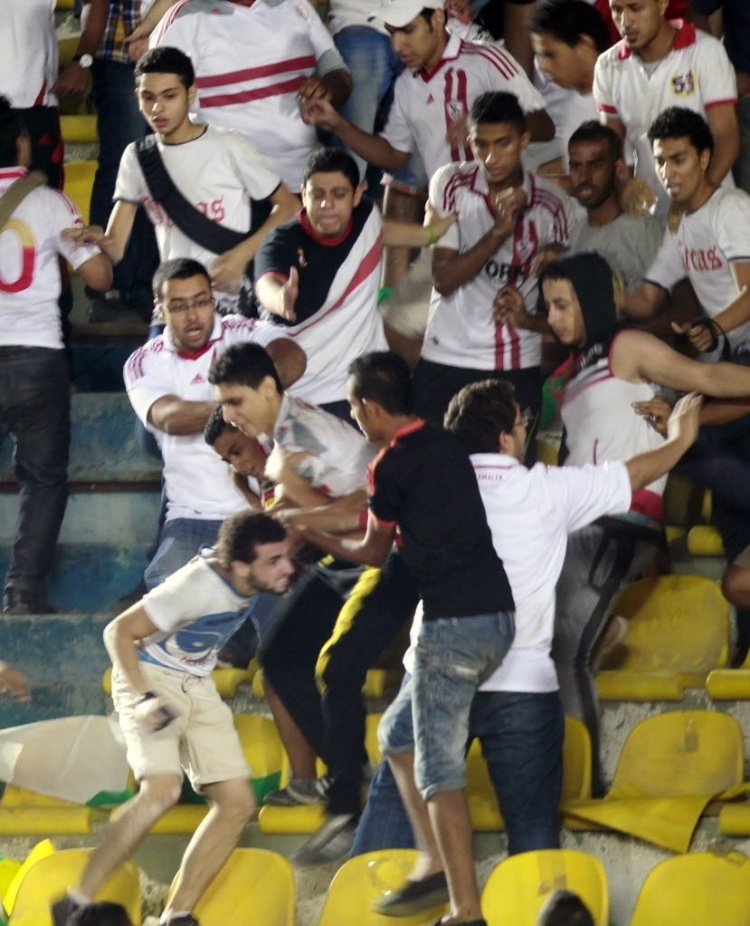 Torcedores do Zamalek, do Egito, brigam entre si durante partida pela Copa Africana