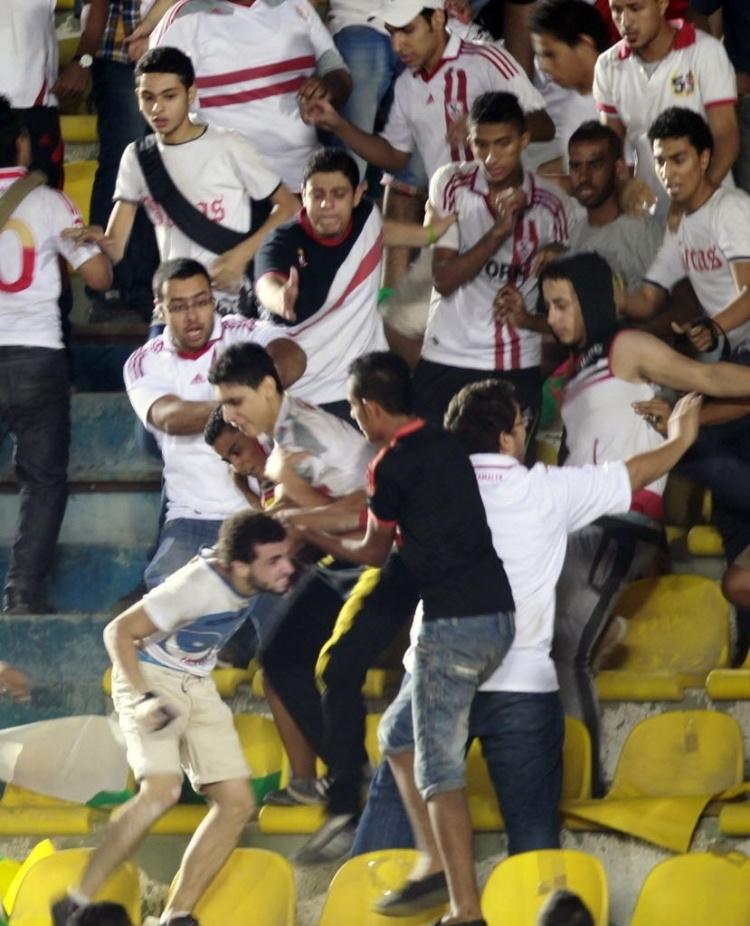 Torcedores do Zamalek, do Egito, brigam entre si durante partida pela Copa Africana