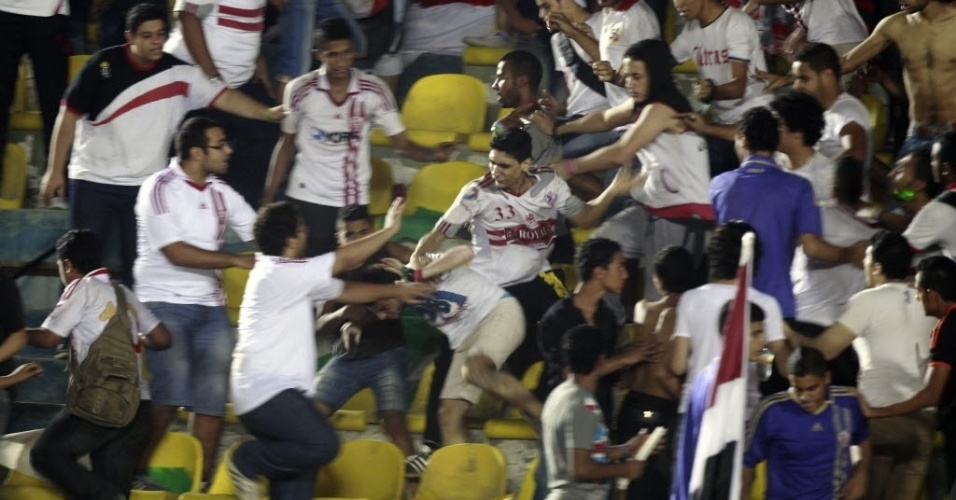 Torcedores do Zamalek, do Egito, entram em confronto durante partida contra o Berekum Chelsea