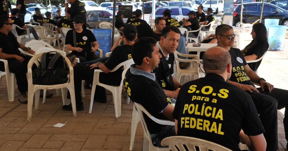 3.set.2012 - Agentes, escrivões e papiloscopistas da Polícia Federal de Brasília fazem manifestação em frente à sede da superintendência da Polícia Federal, na capital federal. A categoria, em greve desde o dia 7 de agosto, não aceitou a proposta do governo federal feita na semana passada --15,8% de reajuste ao longo de três anos--, e decidiu manter a paralisação
