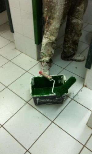 """3.set.2012 - Foto publicada no ''Diário de Classe"""" na última quarta-feira (29) mostra o banheiro sendo pintado"""