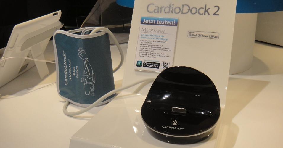3.set.2012 - O CardioDock vem com a braçadeira medidora e um dock onde deve ser acoplado o dispositivo da Apple. Preço: 130 euros (cerca de R$ 332)