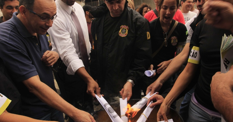 3.set.2012 - Policiais federais queimam diplomas durante protesto em frente à sede da Polícia Federal na Lapa, em São Paulo, pedindo reestruturação no plano de carreira e melhores salários