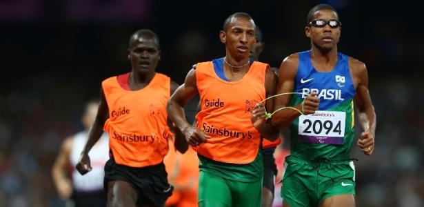Brasileiro Odair Santos ao lado de seu guia durante prova dos 1.500 m T11, em que ficou com a prata