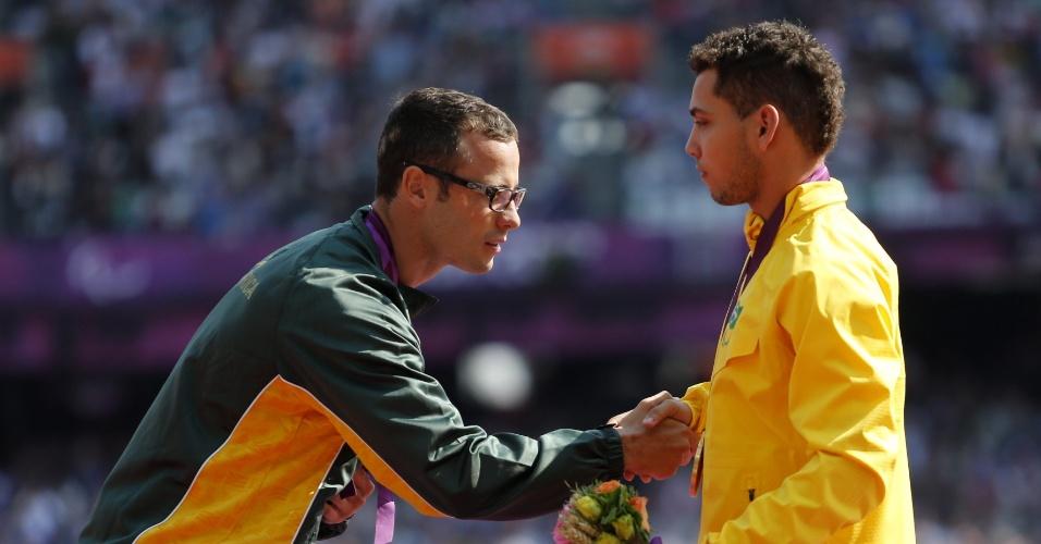 Corredor sul-africano Oscar Pistorius cumprimenta o brasileiro Alan Fonteles, vencedor 200 m rasos T44 dos Jogos Paraolímpicos de Londres