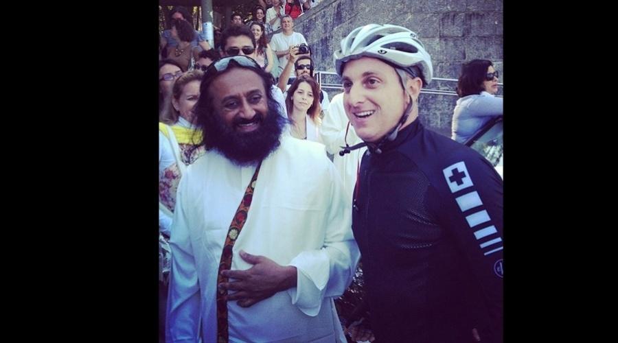 Durante um passeio pela zona sul do Rio, Luciano Huck se encontrou com o guru Sri Sri Ravi Shankar (3/9/12)