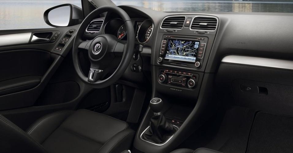 O interior do Golf 6, assim como o desenho exterior, padronizou o painel dos outros carros da Volks
