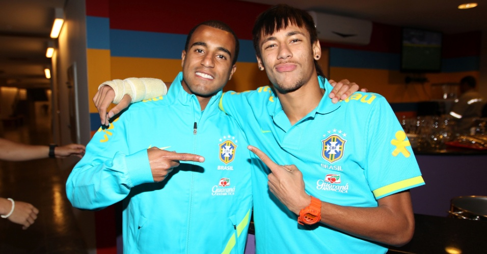 Apesar de jogarem em times rivais, Lucas e Neymar são amigos e mostram carinho um pelo outro. O santista etsá com o braço imobilizado