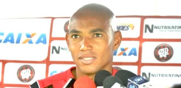 Luiz Alberto, zagueiro do Atlético-PR, participa de entrevista coletiva