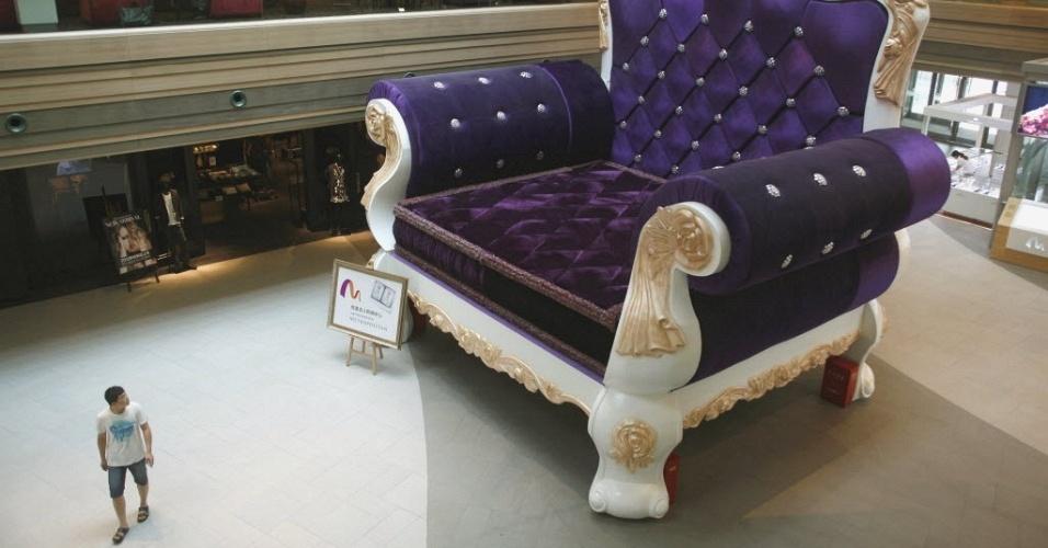 Maior sofá do mundo, com 6,8 m de altura e 7,7 de largura, exposto em shopping de Xangai, na China. A Associação dos Recordes Mundiais reconheceu o móvel como a maior poltrona de sofá do mundo