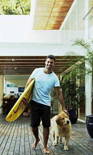 O ator Cauã Reymond com o cachorro Simba em sua casa no Itanhangá, no Rio, em ensaio da revista