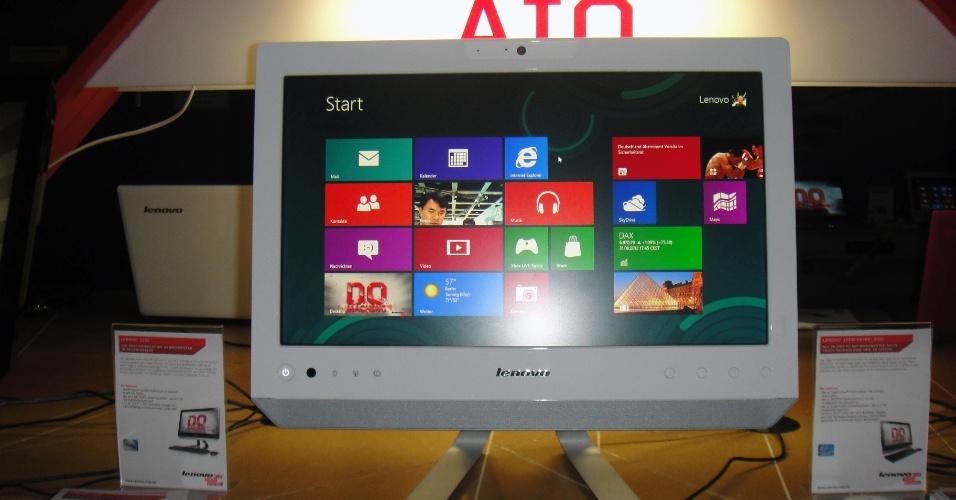 4.set.2012 - O Lenovo C220 é um computador tudo-em-um mais compacto. Com tela de 18,5 polegadas, ele usa processador dual core Atom D2500 e vem com DVD Player. O modelo havia sido lançado no início do ano e agora virá com Windows 8, além de tela touch de 18,5 polegadas