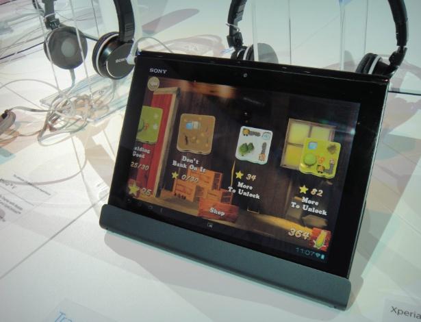 Para facilitar a integração com docks e acessórios, assim como a Apple a Sony adicionou um conector ao tablet, que fica posicionado na parte inferior central do seu lado mais fino