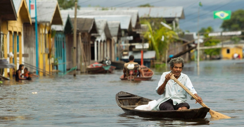 04.set.2012 [ foto de arquivo] - Homem usa barco após rio Solimões inundar ruas de Anama, cidade a 160 quilômetros de Manaus