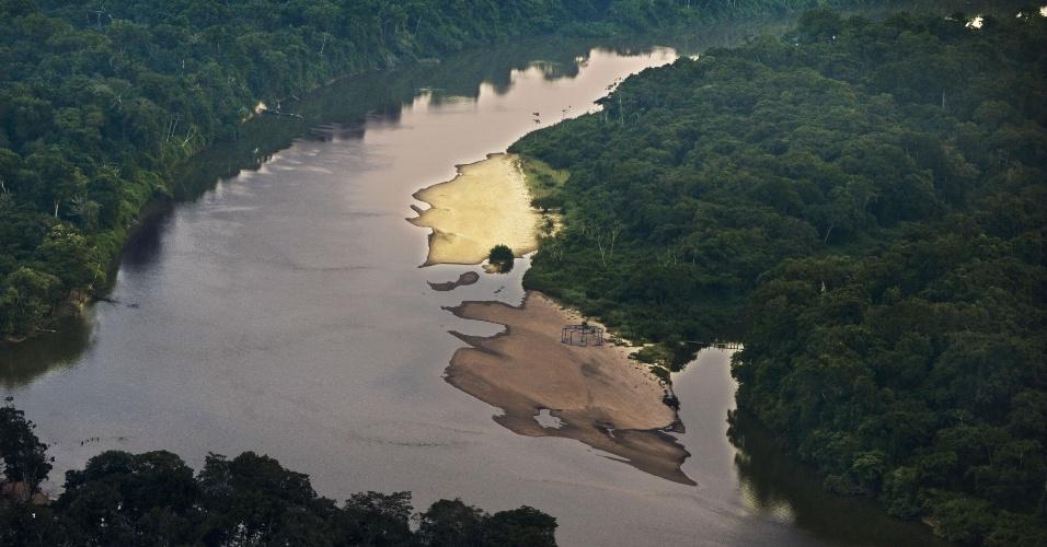 04.set.2012 [ foto de arquivo] - Vista aérea do rio Novo, que corta 1,3 milhão de hectares de reserva da floresta no Pará