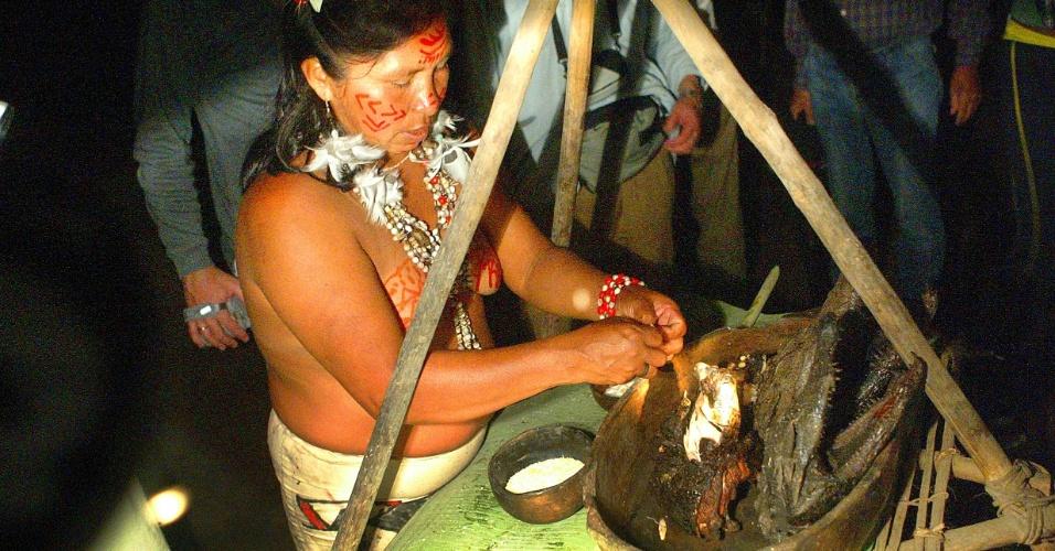 Antonio Gaudério/Folhapress/01.jan.2005 04.set.2012 [ foto de arquivo] - Índia prepara jacaré assado em ritual da tribo Tariano no Parque Nacional do Rio Negro, no Amazonas