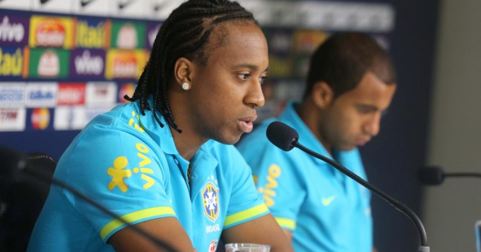Arouca concede entrevista coletiva em Cotia antes do treino da seleção
