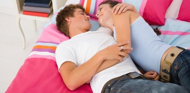 Os pais devem estabelecer os limites antes da primeira visita do namorado ou namorada