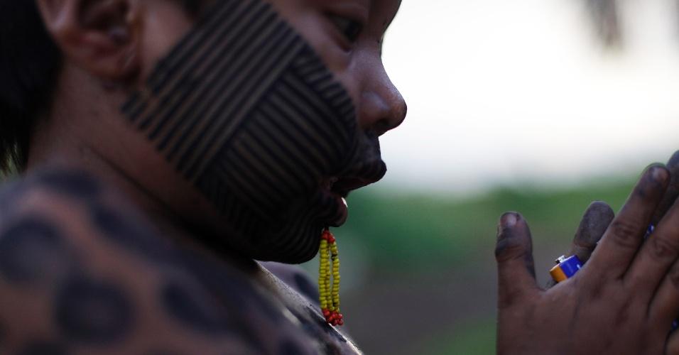 04.set.2012 - Criança pintada da etnia Kaiapó, na comunidade de São Felix, brinca com bateria antes de passar por atendimento médico na floresta