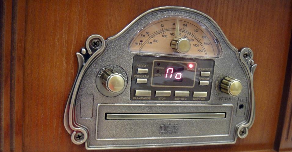 Detalhe da vitrola repaginada da SoundMaster, vendida pela Worlein. O tocador de CD vem com painel digital; já o do rádio é analógico. A partir de 250 euros (cerca de R$ 640)