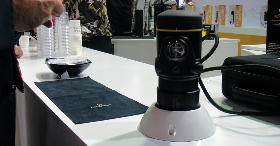 Sair atrasado de casa sem tomar café, nunca mais... se você tiver uma Handpresso. A cafeteira prepara um expresso (superquente) dentro do carro, ligada ao acendedor de cigarro. Custa 149 euros (cerca de R$ 382)