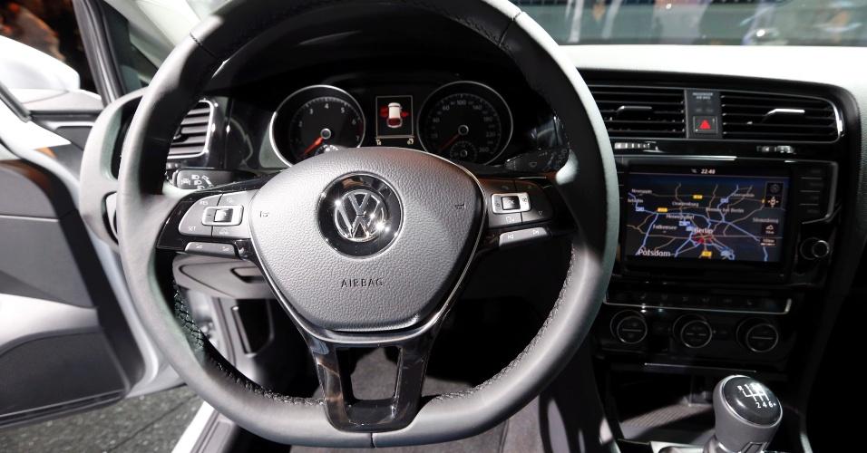 Golf tem painel que circunda o motorista, volante com novo formato e tela de até 8 polegadas