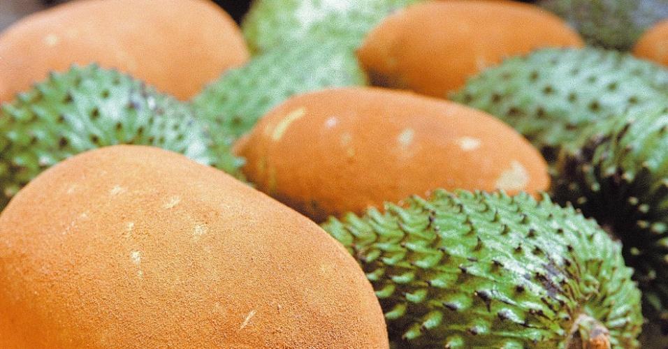 04.set.2012 - Cestos do mercado lotados com graviola (fruto verde) e cupuaçu (amarelo)  [foto de arquivo]