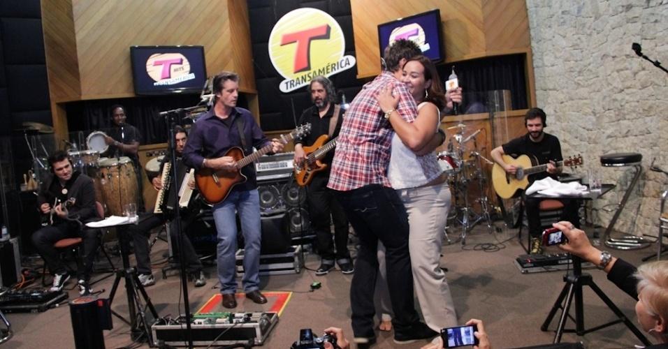 Leo, da dupla sertaneja com Victor, agarrou fã durante show no estúdio da rádio Transamérica, em São Paulo (3/9/12)