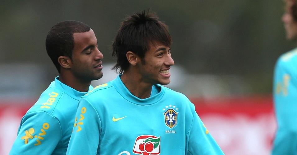 Lucas e Neymar brincam durante treino da seleção brasileira no CT de Cotia