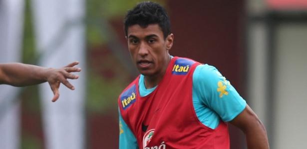 Paulinho sofreu pancada na coxa direita em amistoso da seleção e segue com dores
