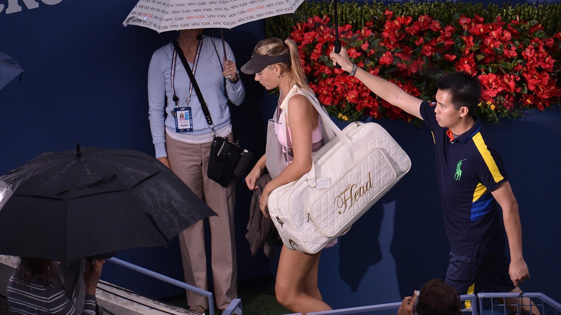 Maria Sharapova deixa a quadra após sua partida contra Marion Bartoli pelas quartas do Aberto dos EUA ser interrompida pela chuva