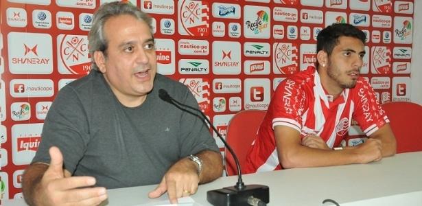 O atacante Dimba foi apresentado pelo Náutico ao lado do vice-presidente Toninho Monteiro
