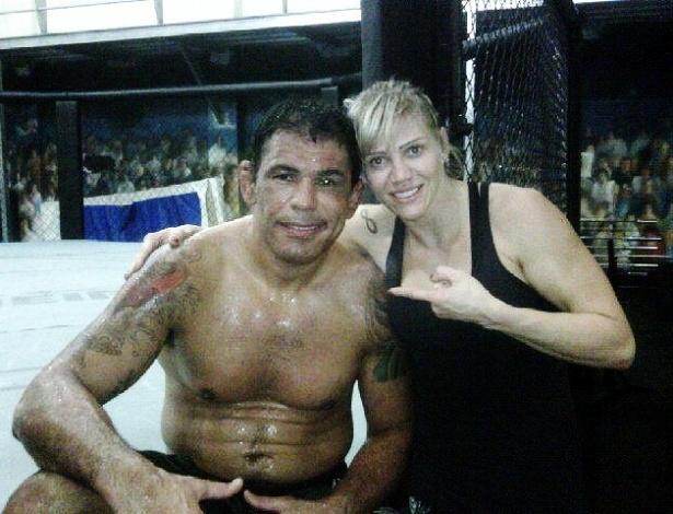 Rodrigo Minotauro posa com Duda Yankovich em treino na Team Nogueira, no Rio