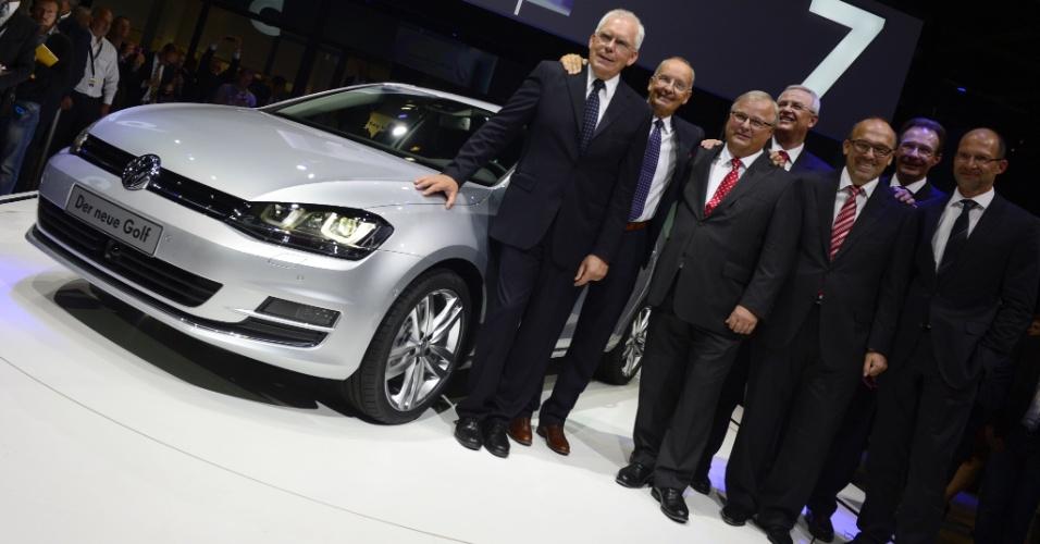 A partir da esquerda, Ulrich Hackenberg (do conselho da Volks), Walter de Silva (criador do modelo), Hubert Waltl (também do conselho), Martin Winterkorn (presidente do conselho e do Grupo Volkswagen), entre outros, tentam aparecer ao lado do novo Golf. Executivos esperam que modelo ajude a Volkswagen a superar Toyota e GM em vendas no mundo