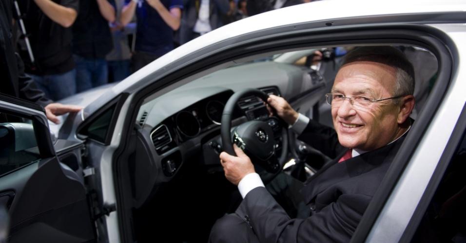 Martin Winterkorn, chefão da Volks, é o primeiro a experimentar os 2,64 metros de entre-eixos do novo Golf