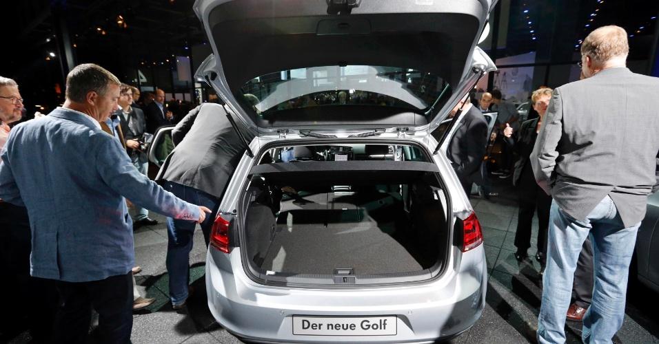 Sétima geração do hatch médio Volkswagen Golf é apresentada na Alemanha. Modelo é principal aposta da marca para tomar liderança do mercado global de carros de Toyota e GM. No detalhe, porta-malas de 380 litros