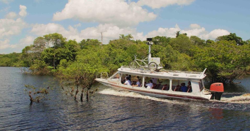 04.set.2012 - Barco equipado com câmeras navega no rio Negro, no coração do Amazonas, para sistema de mapeamento do Google