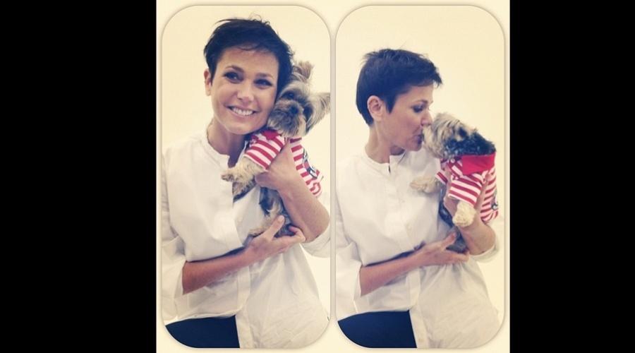 Xuxa deu um selinho em seu cachorrinho de estimação nos bastidores de um ensaio fotográfico (4/9/12)