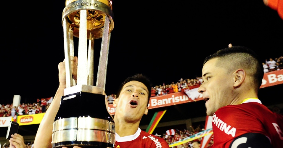 Zagueiro Índio e o meia D'Alessandro comemoram título do Campeonato Gaúcho 2012 no estádio Beira-Rio (Arquivo)