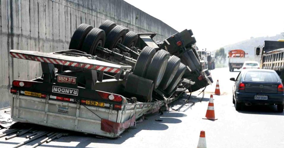 05.set.12 - Uma carreta que transportava canos de ferro tombou na rodovia Mogi-Dutra, próximo ao km 46, sentido rodovia Ayrton Senna (SP-70), nesta quarta-feira (05), em São Paulo. O motorista sofreu ferimentos leves